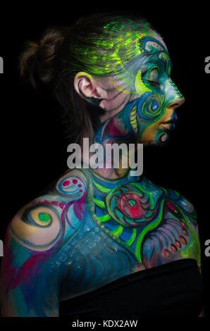 Belle body art - visage artistique (vue côté droit) Banque D'Images