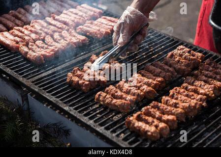 La nourriture traditionnelle roumaine, barbecue avec viandes grillées mititei rouleaux appelés ou mici (boeuf, porc Banque D'Images