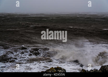 Une mer près de la ville Greystones, côte est de l'Irlande, la mer d'irlande. queue de l'ouragan Ophelia. Banque D'Images