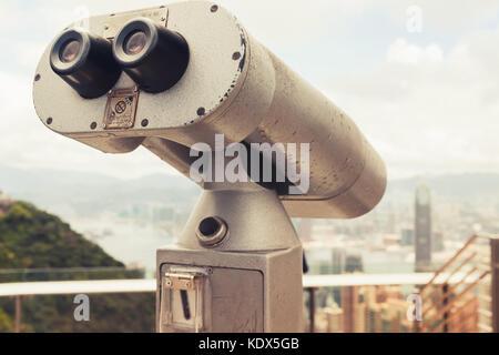 Télescope touristique pour la ville de hong kong d'observation à partir de Victoria Peak, correction tonale retro Banque D'Images