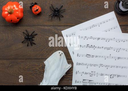 Vue de dessus de l'avion et une note de musique festival d'halloween concept fond d'articles de décorations de fête.Le Banque D'Images