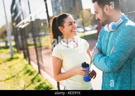 Bel homme et femme séduisante conversation sur cour Banque D'Images