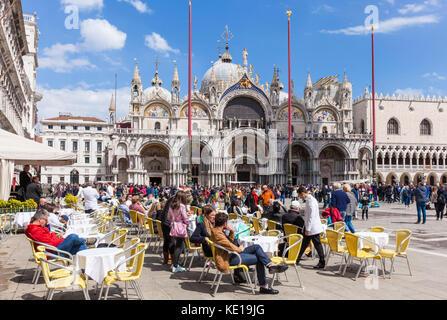 Venise ITALIE VENISE cafés de la Place Saint Marc (Piazza san marco) en face de la basilique San Marco la Basilique Banque D'Images