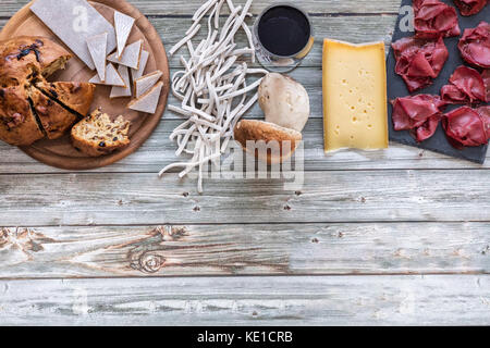 Bresaola igp accompagnée de pizzoccheri, fromage, champignons et besciola, de la nourriture locale de la Valteline, Banque D'Images