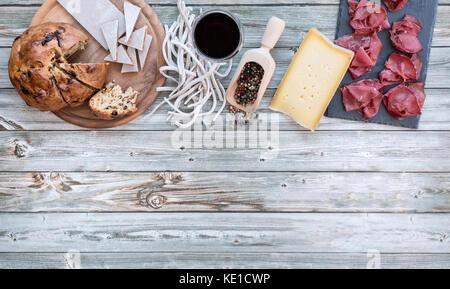 Bresaola igp accompagnée de pizzoccheri, fromage et besciola, de la nourriture locale de la Valteline, Lombardie, Banque D'Images