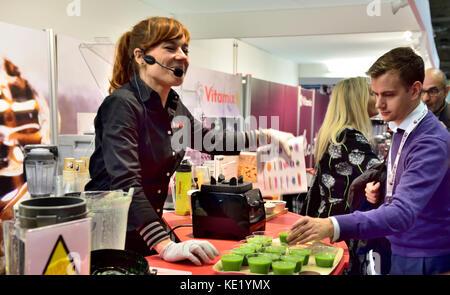 Démonstrateur femme démontrant la nourriture au blender Vitamix Grand Designs show à NEC, Birmingham, UK Banque D'Images