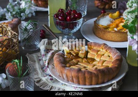 Gâteau fait maison, des pâtisseries et de la nourriture sur la table de fête