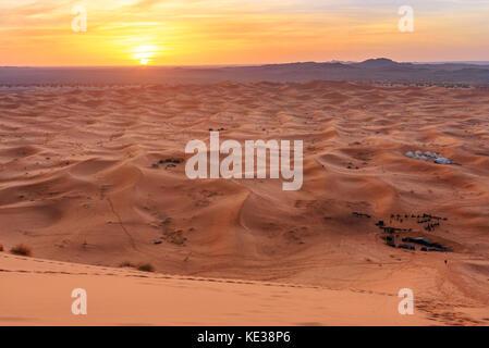 Lever du soleil dans l'Erg Chebbi dunes de sable dans le Sahara près de Merzouga, Maroc Banque D'Images