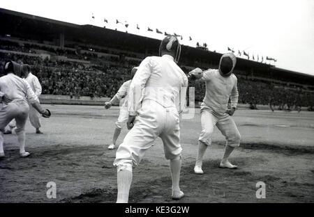 1938 concurrents masculins, historique. L'escrime au centre de l'immense stade de Strahov, Prague, Tchécoslovaquie Banque D'Images