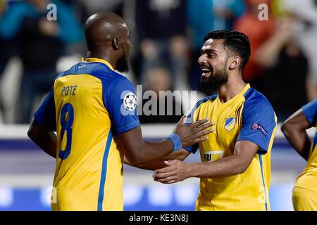 Nicosie, Chypre. 17 oct, 2017 Nicosie's mickael. pote (l) célèbre son but de 1-0 au cours de la phase de groupe Banque D'Images
