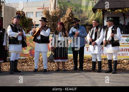 Cluj Napoca, Roumanie - 15 octobre 2017: un folk groupe jouant de la musique folklorique roumaine en costumes traditionnels Banque D'Images