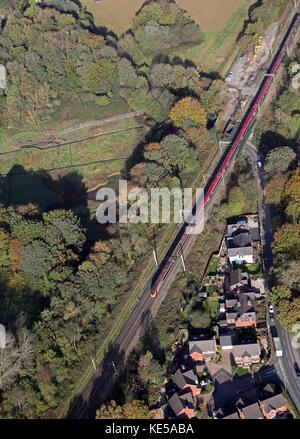 Vue aérienne d'une Virgin Trains train InterCity sur la ligne de la côte ouest, England, UK