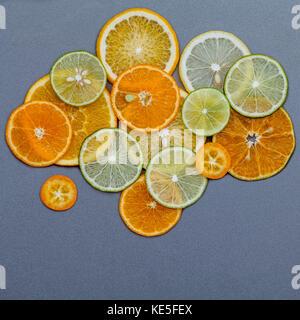 Aliments santé et médecine concept. divers agrumes coupés en forme de nuage et de pluie. mélange agrumes tranches Banque D'Images
