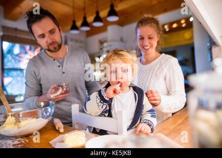 Jeune famille des cookies à la maison. Banque D'Images