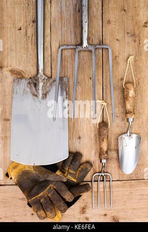 Outils de jardin vue aérienne. Équipement de jardinage en acier inoxydable. Banque D'Images