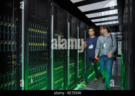 Il marche et parle de techniciens en salle serveur Banque D'Images