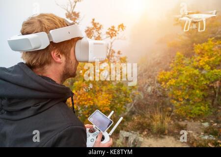 Jeune homme, drone de manutention à l'aide de lunettes de réalité virtuelle. Les nouvelles technologies et les tendances Banque D'Images