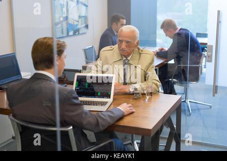 Conseiller financier consultant senior client avec sa stratégie d'investissement. Banque D'Images