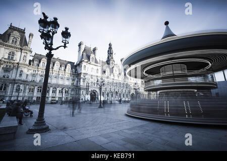 Carrousel en face de l'hôtel de ville de Paris, France