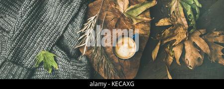 Café de l'automne avec les feuilles et concept chandail gris, vaste composition Banque D'Images