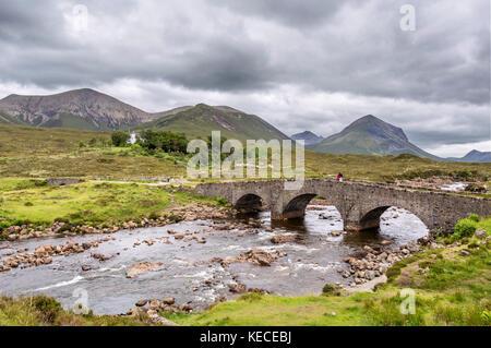 Vieux Pont Sligachan regardant vers la chaîne de montagnes Cuillin, île de Skye, Highland, Scotland, UK Banque D'Images