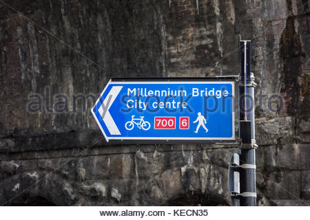 Signe par Carlisle Pont sur la rivière Lune sur St Georges Quay, Lancaster, Lancashire, England, UK pour le Millennium Banque D'Images