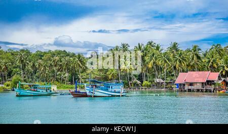 La province de Trat, Thaïlande, Koh Chang Island dans le golfe de Thaïlande, bateau de pêche au Bangbao Bay Banque D'Images