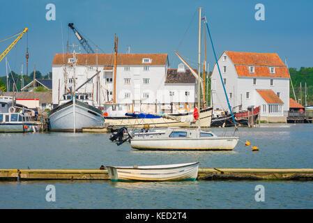 Woodbridge Suffolk port, bateaux amarrés sur la rivière Deben à Woodbridge, Suffolk, avec les bâtiments du Musée Banque D'Images