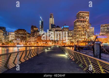 Vue de nuit sur le centre-ville d'Embarcadero, San Francisco, California, USA Banque D'Images