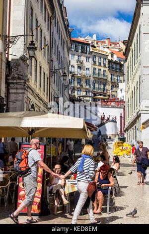 Portugal Lisbonne Baixa place Rossio sidewalk cafe homme femme couple holding hands bâtiments ville romantique Banque D'Images