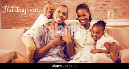 Texte d'accueil de grâce contre happy family relaxing on couch Banque D'Images