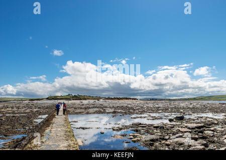 Causeway au au Brough de Birsay à marée basse, regardant en arrière vers le parking sur le continent, Orkney, Scotland, Banque D'Images