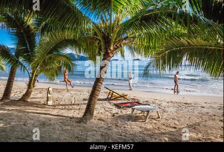 La province de Trat, Thaïlande, Koh Chang Island dans le golfe de Thaïlande, la Côte Ouest, les vacanciers à Ao Banque D'Images