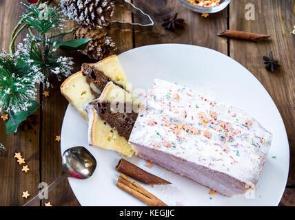 Gâteau de Noël sur fond de décor de fête Banque D'Images
