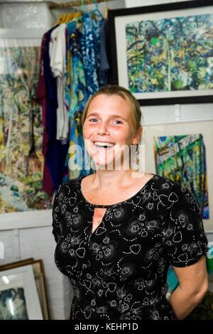 Les Seychelles, Mahe, Baie Lazare, Anse aux poules bleues, artiste et designer textile Alyssa Adams dans sa galerie Banque D'Images