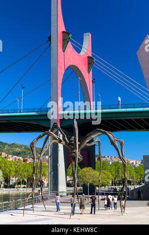 Les arches rouges de l'artiste Daniel Buren au pont de la Salve, araignée de Maman de Louise Bourgeois à Guggenheim Banque D'Images
