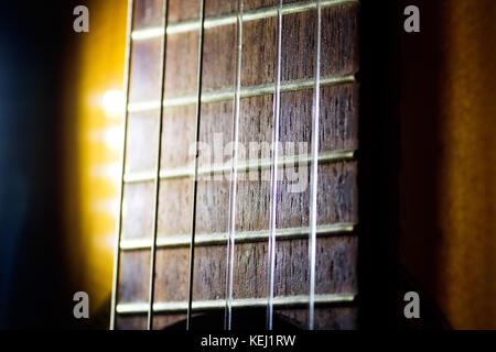 Cordes nylon sur la guitare acoustique d'un musicien, macro close up Banque D'Images