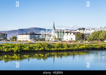 La ville de Reykjavik vue de l'ensemble du lac tjornin au coeur de l'islande capitale sur une journée ensoleillée. Banque D'Images