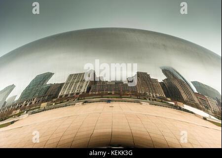 Les bâtiments du centre-ville de Chicago compte sur Cloud Gate, sculpture d'Anish Kapoor, mieux connu par le Bean, Banque D'Images
