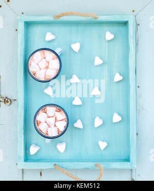 Saint Valentine's holiday greeting. chocolat chaud et guimauves en forme de coeur en émail turquoise ancienne tasses Banque D'Images