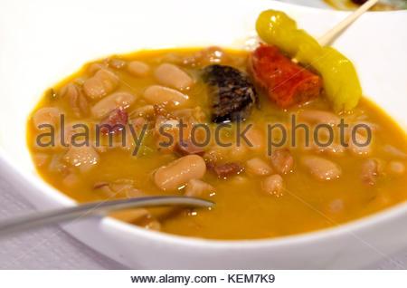 Ragoût de haricots blancs avec du porc, chorizo, piment et saucisses. judias blancas con tocino, chorizo, y morcilla Banque D'Images