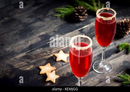 Boisson festive mimosa pour Noël - rouge champagne mimosa cocktail aux canneberges pour une fête de Noël, copy space Banque D'Images