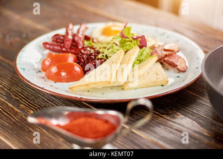 Petit-déjeuner anglais sur plaque. petit déjeuner anglais avec des toasts, des tomates, des haricots, des œufs, Banque D'Images