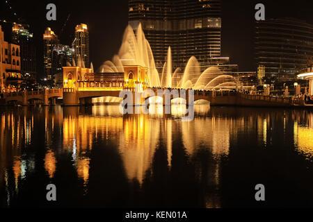 Dubai fountain show, prises de nuit dans le centre-ville de Dubaï, aux Émirats arabes unis. photo est en couleurs Banque D'Images