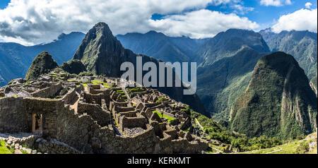 Vue panoramique du sommet à d'anciens ruines inca et Wayna Picchu, la montagne Machu picchu, Urubamba, Pérou provnce Banque D'Images
