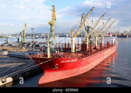 Le port du fret. des conteneurs avec des marchandises sont chargées / déchargés sur un navire commercial à l'aide Banque D'Images