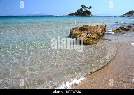Petite église d'agios Nikolaos près de l'Eubée, plage ellinika- Grèce Banque D'Images