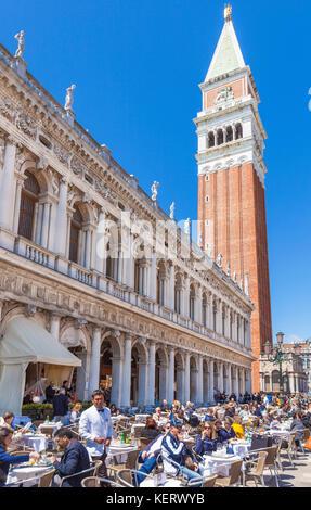 Venise ITALIE VENISE chaises et tables à un café restaurant place St Marc Piazza San Marco avec le campanile Venise Banque D'Images