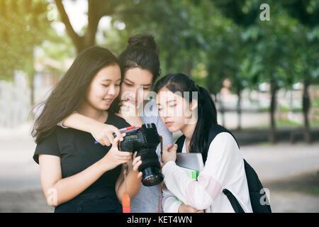Les touristes à la recherche de groupe femmes asiatiques à l'appareil photo contrôle moniteur photos prises Banque D'Images