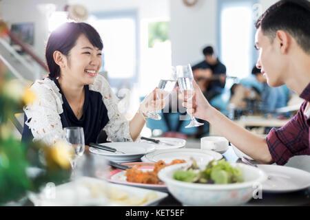 couple assis table manger l 39 int rieur jeune couple. Black Bedroom Furniture Sets. Home Design Ideas